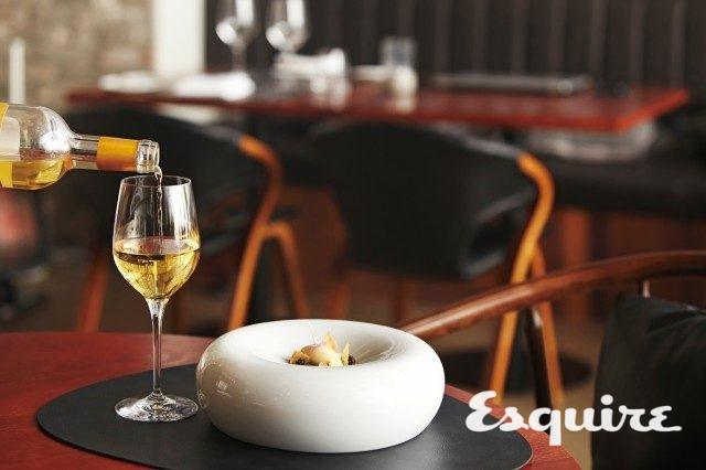 박무현 셰프가 이끄는 맛의 향연은 토마토로 시작하여 시그너처 메뉴인 오리를 거쳐 달콤한 땅콩으로 끝난다. 소테른 와인은 이 여정의 피날레로 더없이 훌륭하다.