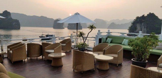 선상 어디에서든 하롱베이의 풍경을 만끽할 수 있는 오코 크루즈의 실내와 선상.