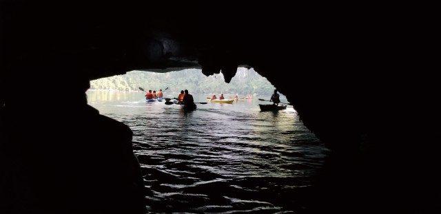 카약을 타야만 통과할 수 있는 해상 동굴.
