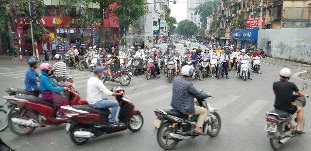 오토바이로 가득한 하노이 구도심의 도로.
