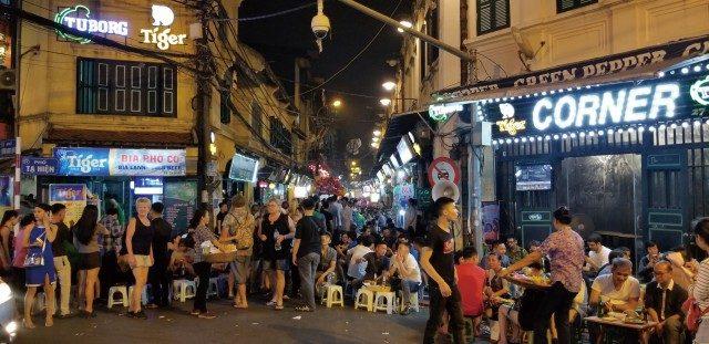 외국인이 즐비한 베트남 하노이의 맥주거리.