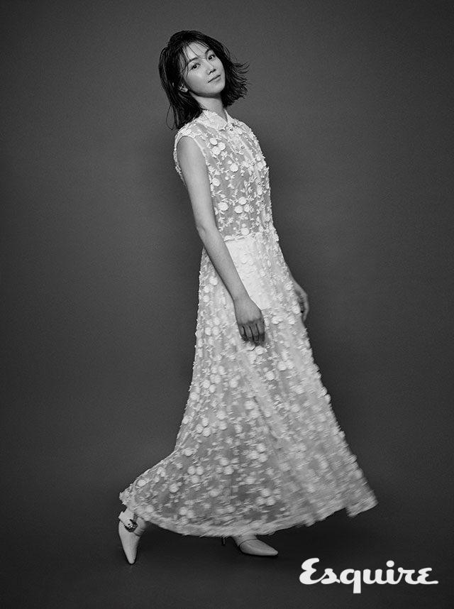 드레스, 슬리브, 쇼츠 모두 미우미우. 구두 도라테이무르 by 분더샵.