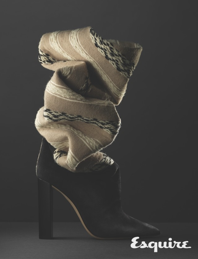 SAINT LAURENT <br/>tanger 15 thigh boots  <br/>패브릭에 문양을 넣는 이캇(Ikat) 기법으로 호화롭게 만든 에스닉한 부츠. 극적인 주름 형태는 예상 밖의 실루엣을 만들어낸다. 200만원대 생 로랑 by 안토니 바카렐로.