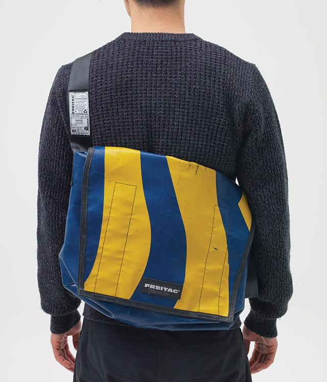 성인 남자의 등에 기분 좋게 감기는 크기. 동시에 어느 옷에 착용해도 존재감이 여전하다.