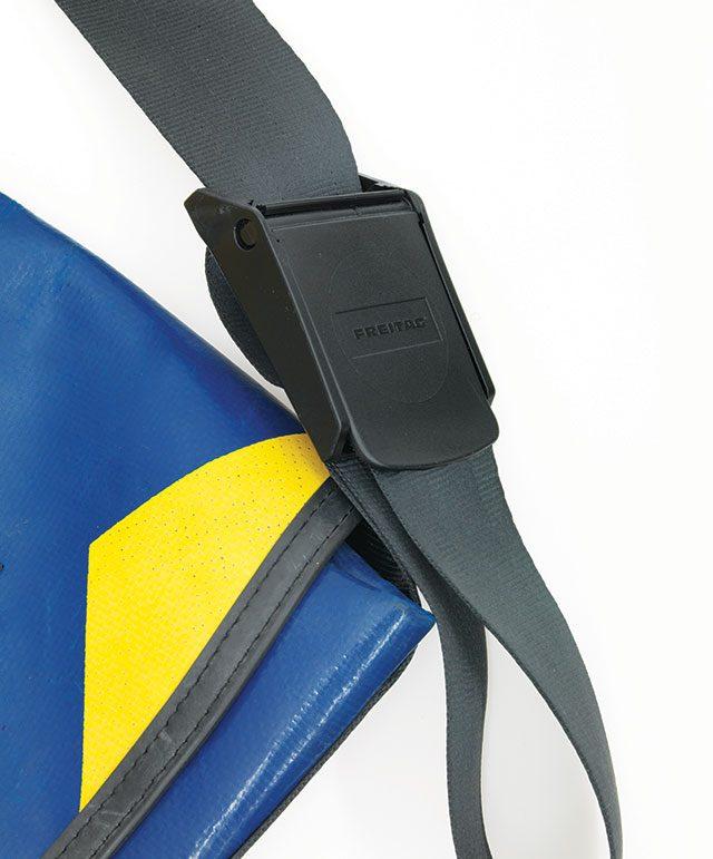 프라이탁의 가방끈 길이 조절 장치. 이렇게 작은 부분이 브랜드의 완성도와 직결된다.