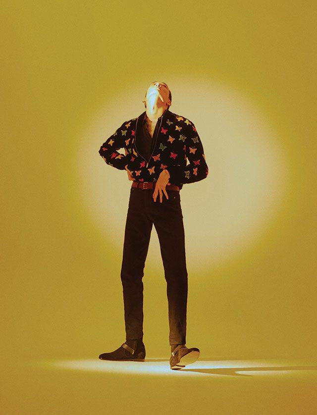 재킷, 셔츠, 스웨터, 블랙진, 부츠, 벨트, 목걸이, 팔찌 모두 가격 미정 생 로랑 by 안토니 바카렐로.