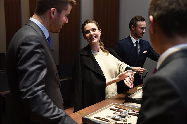 스웨덴 배우 레베카 퍼거슨이 예거 르쿨트르 부스를 찾아 즐겁게 시계를 차보았다.