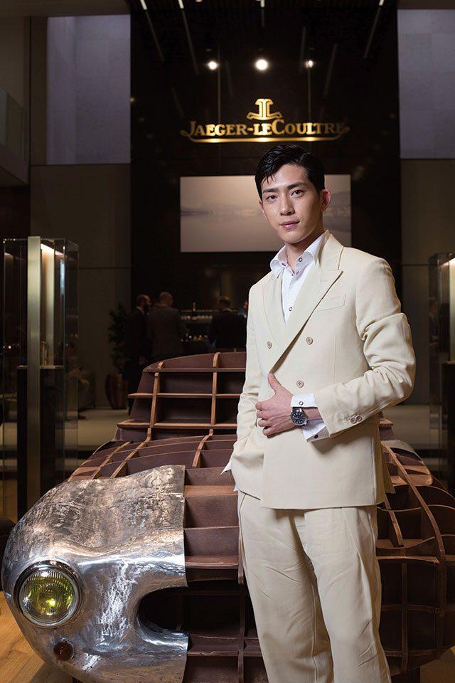 코치빌더 모형 앞에서 포즈를 취한 중국 배우 징보란.