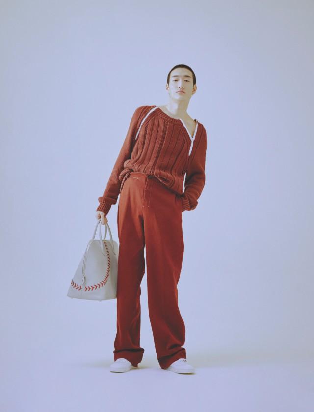 스웨터, 바지, 운동화, 토트백 모두 가격 미정 에르메스.