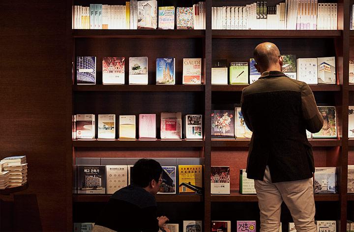 이터널 저니에서 책을 보는 사람들