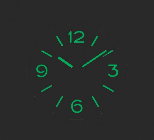 초기의 파네라이를 비롯한 야광 시계는 라듐 같은 방사능 물질로 야광을 표시했다. 아무리 복각이라도 그런 것까지 따라 할 순 없다. 지금 파네라이는 안전한 소재를 쓴다.