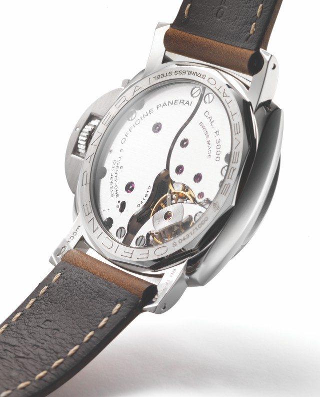 이 시계에는 파네라이의 자체 제작 무브먼트 P3000이 들어 있다.스틸 케이스백보다 방수성이 떨어지는 글래스백을 사용했다. 그래서 오히려 방수 성능은 1950년대의 200m 방수보다 떨어지는 100m 방수다. 하지만 이 시계를 사는 사람의 대다수는 호텔 수영장에도 시계를 안 담글 것이다.