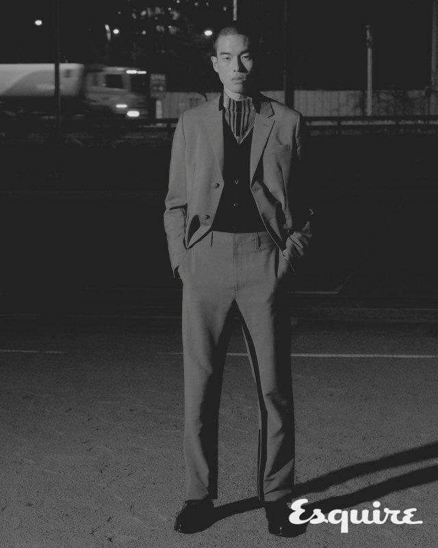 재킷, 카디건, 터틀넥 톱, 바지 모두 가격 미정 프라다.구두 가격 미정 생 로랑 by 안토니 바카렐로.