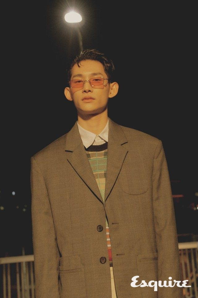 재킷, 조끼, 셔츠, 바지모두 가격 미정 우영미.선글라스 23만원 젠틀몬스터.