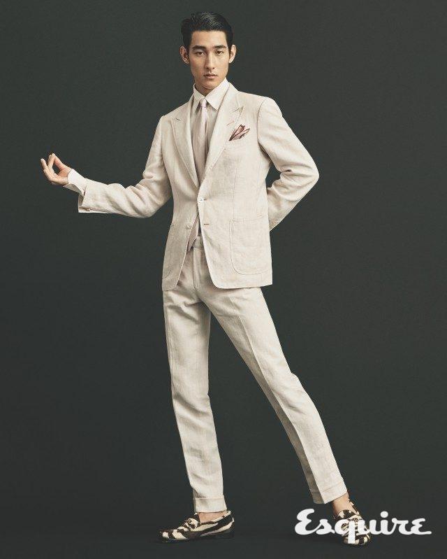 재킷, 셔츠, 바지, 로퍼, 타이, 포켓스퀘어 모두 가격 미정 톰 포드.