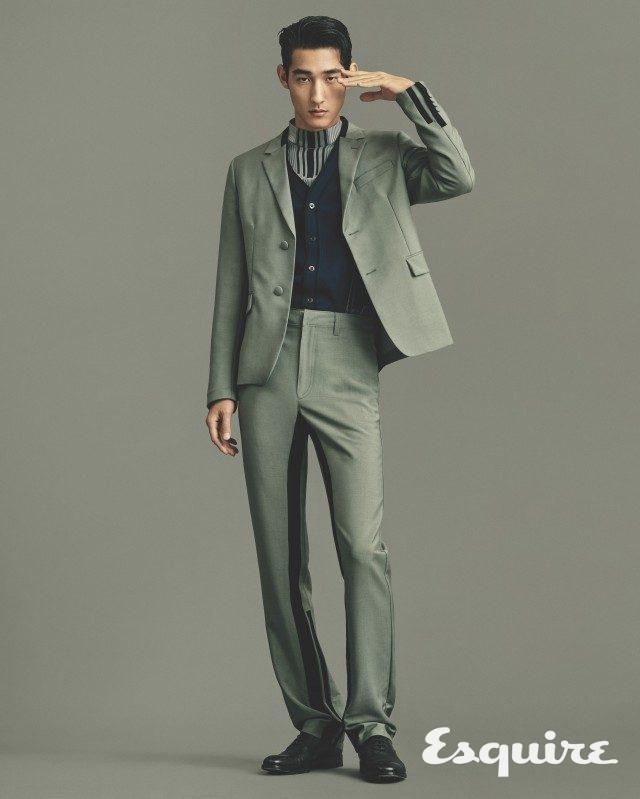 재킷, 니트 톱, 카디건, 바지, 구두 모두 가격 미정 프라다.