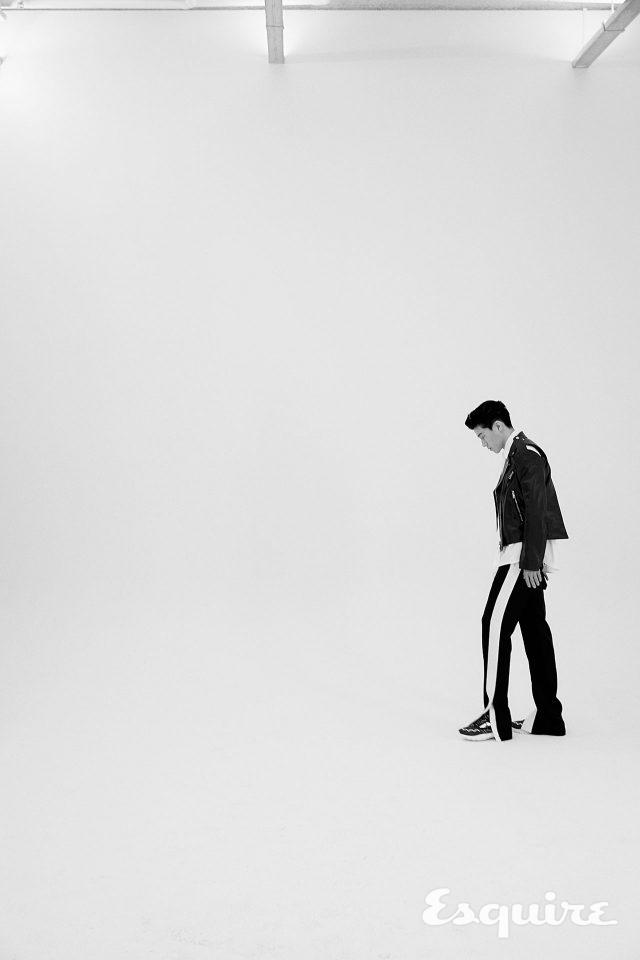 라이더 재킷, 셔츠, 바지, 신발 모두 발렌티노.