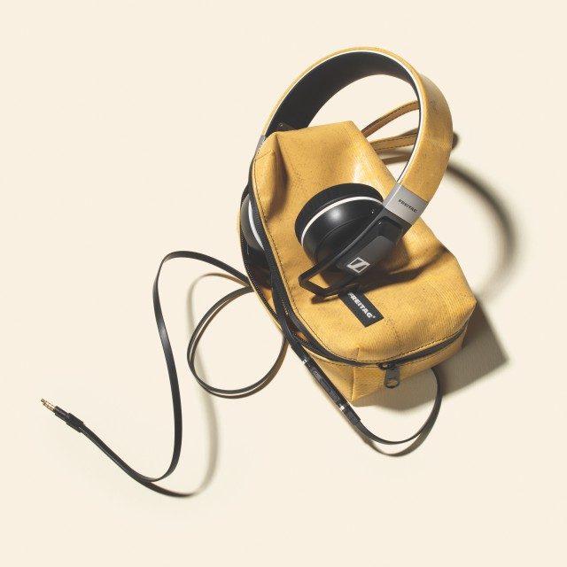 먼지가 묻은 듯한 헤드폰과 헤드폰 케이스 28만8000원 프라이탁.