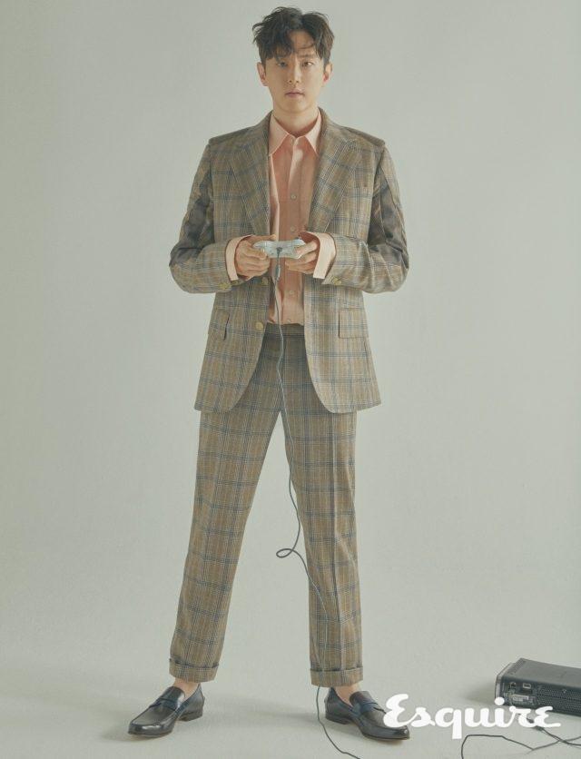 슈트, 셔츠 모두 월터 반 베이렌동크 by 10 꼬르소 꼬모. 로퍼 스타일리스트 소장품.