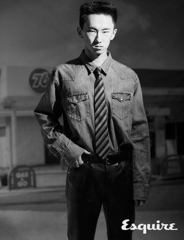 데님 셔츠 18만9000원 폴로 랄프 로렌. 가죽 바지 가격 미정 코치 1941. 타이 가격 미정 베르사체. 벨트 가격 미정 발렌시아가.