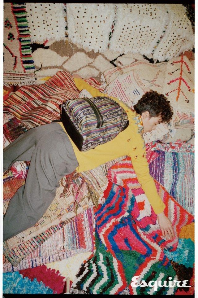 에스닉 백팩 152만원 생 로랑 by 안토니 바카렐로. 니트 톱 510만원, 바지 99만원 모두 구찌. 바닥에 깐 러그 모두 소프트 퍼레이드.