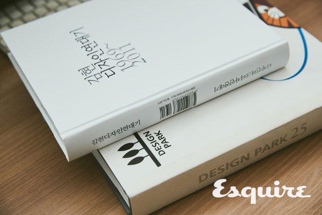 김현의 개인 디자인과 디자인파크의 작업을 모은 책. 고르고 골라 400여 개의 아이덴티티 디자인 자료를 담았다.