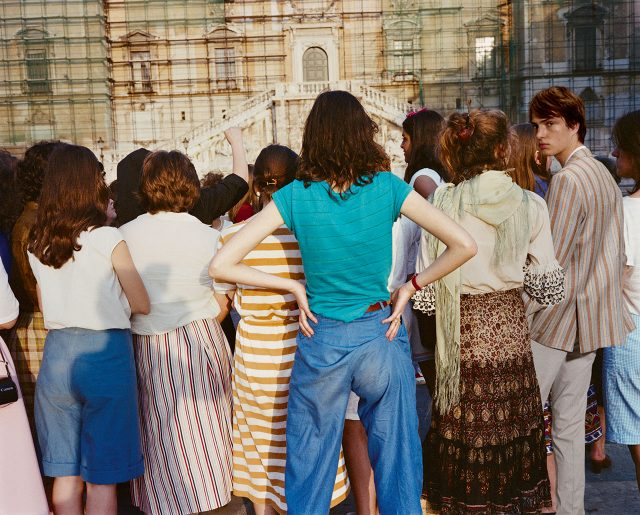 스트라이프 실크 재킷 1120파운드, 흰색 폴로셔츠 240파운드, 실크 트라우저즈 210파운드 모두 꼬르넬리아니.
