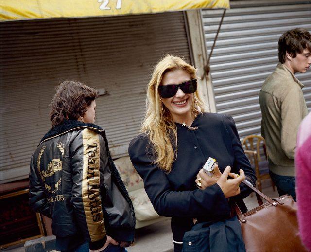 베이지색 가죽 재킷 1200파운드 폴앤샥. 데님 바지 85파운드 리바이스.