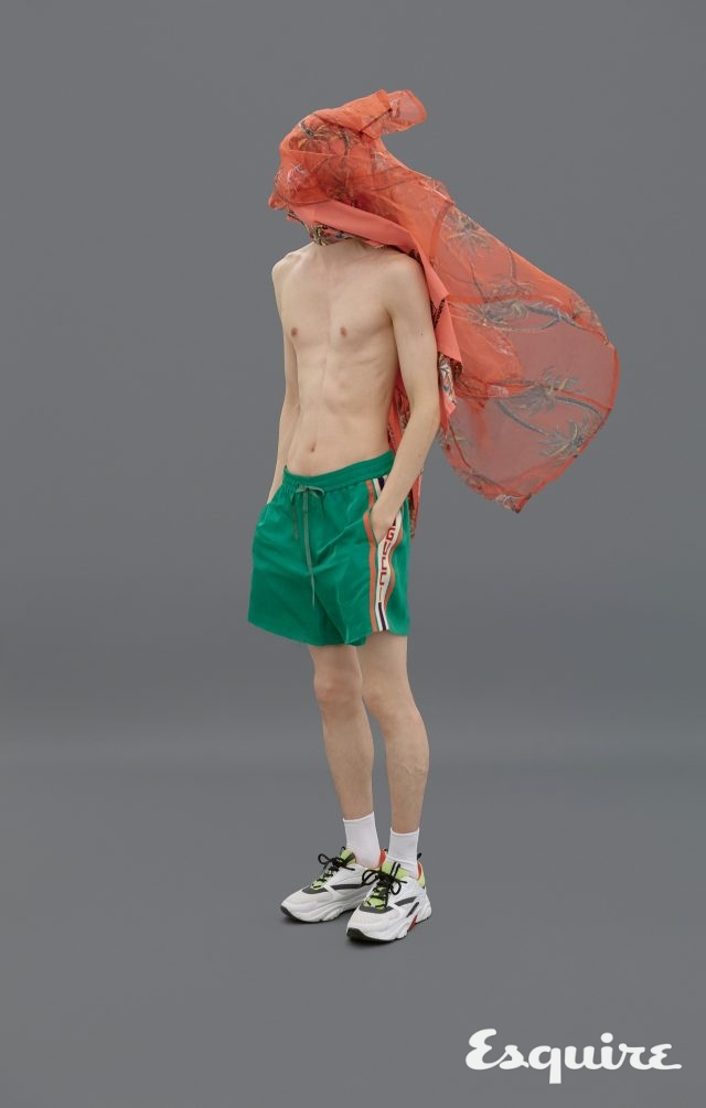 하와이안 프린트 오간자 셔츠 가격 미정 루이비통. 초록색 쇼츠 110만원 구찌. 스니커즈 가격 미정 디올 옴므. 흰색 양말 에디터 소장품.