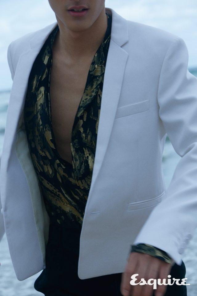 재킷, 셔츠, 바지 모두 가격 미정 생 로랑 by 안토니 바카렐로.