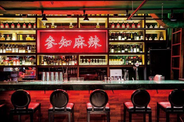 초록색 벽면과 '참지마라'라는 한자어가 쓰인 빨간색 네온사인이 대비를 이루는 레드문. 폭이 넓은 바에서 술과 함께 음식을 즐기는 경험이 이색적이다.