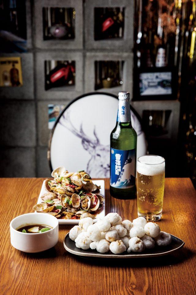 최근 유행하는 차이니스 바 중 드물게 중식 셰프가 운영하는 란콰이진은 국내에서 접하기 힘든 중국 국민 맥주 설화와 기본기가 탄탄한 중식 요리를 맛볼 수 있는 곳이다.