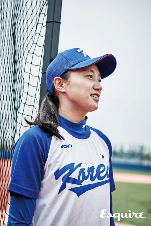 """4 신정은 / 외야수, 1992년생""""제 뒤로는 아무도 없어서 제가 다 책임져야 해요. 야구는7년을 했는데도 모르는 게 많고, 알수록 더 어려워져요. 제 장점요? 배짱이 있어서 큰 대회에 나가도 별로 쫄지 않아요."""""""