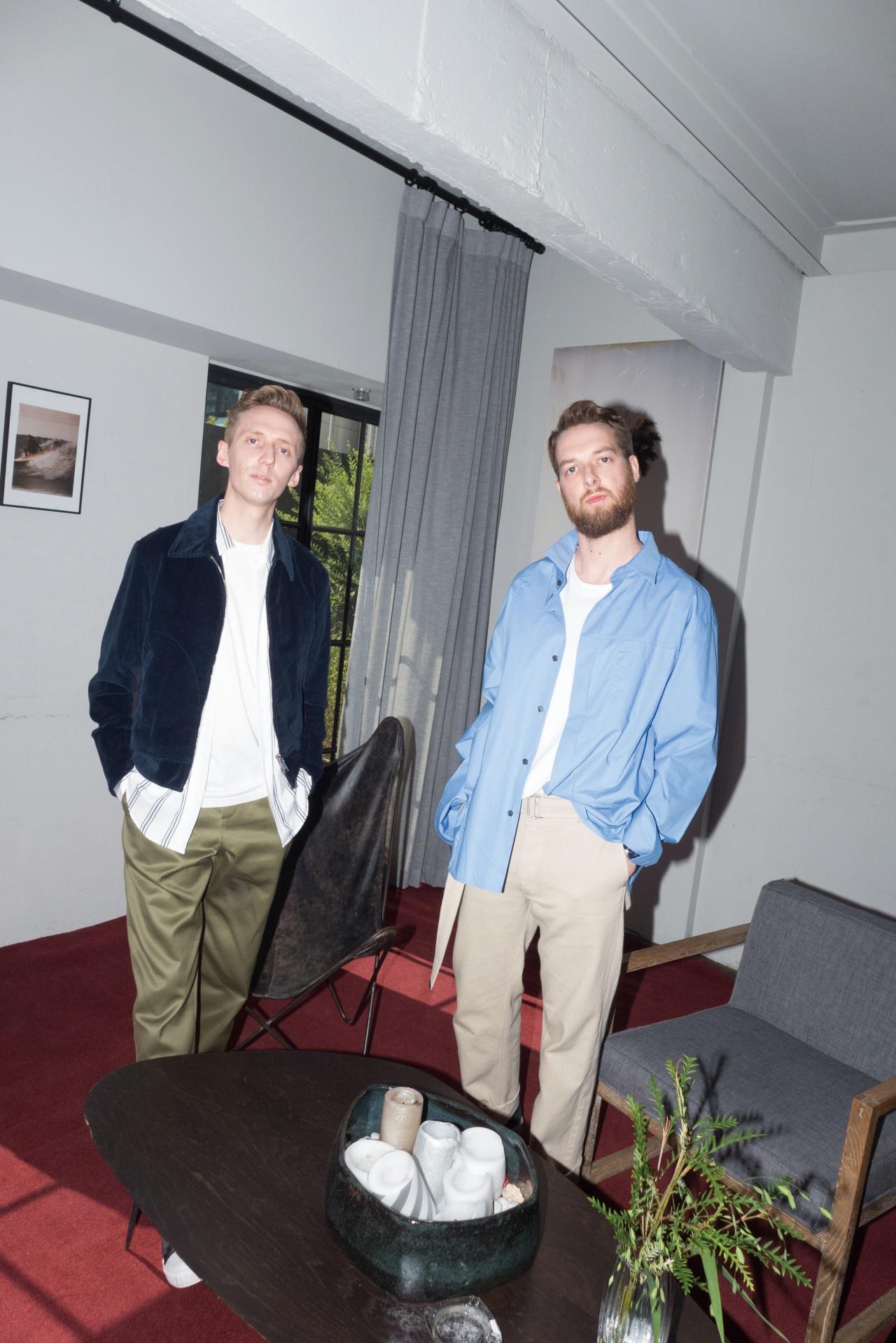 (제임스)코듀로이 재킷, 셔츠 모두 산드로 옴므. 티셔츠 아미. 바지 에이카화이트. 스니커즈 캘빈클라인 진. (앤디)오버사이즈 셔츠 우영미. 티셔츠, 바지 모두 아미.