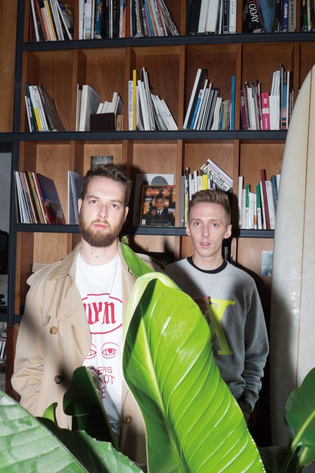 (제임스) 스웨트셔츠 루이비통. 블랙 티셔츠 MSGM. 바지 에이카화이트. (앤디) 트렌치코트 버버리. 티셔츠 우영미.