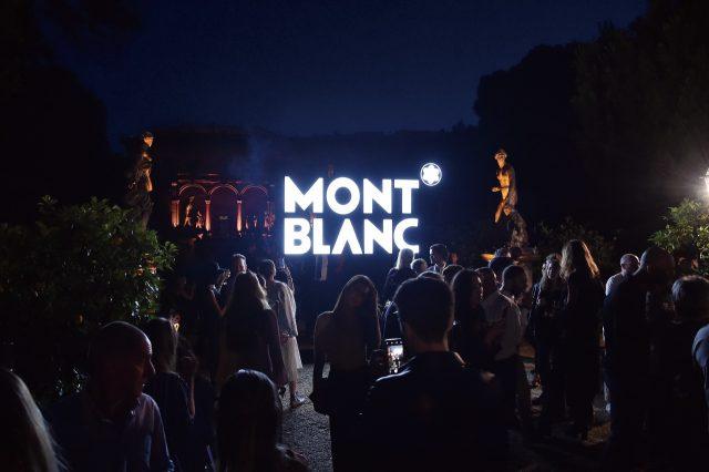 밤의 정원에서 몽블랑 로고가 빛났다.