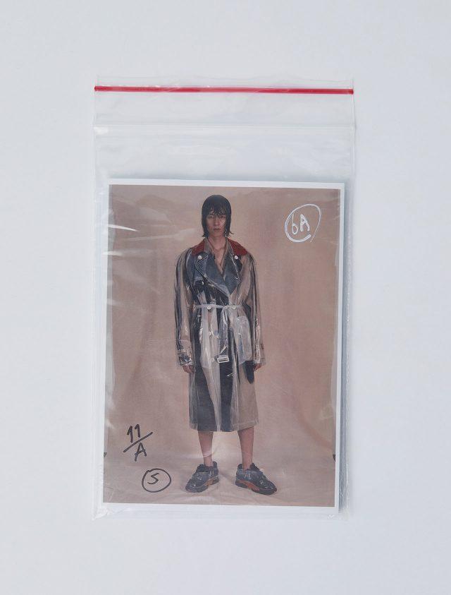 PVC 트렌치코트, 코튼 트렌치코트, 이너웨어로 입은 언더 팬츠, 퓨전 스니커즈 모두 가격 미정 메종 마르지엘라.