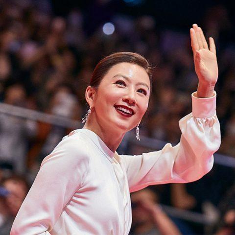 김희애는 부국제 개막식에서 시종일관 카리스마 넘치는 태도로 레드카펫을 지배하면서 그녀만의 허스토리를 만들었다.