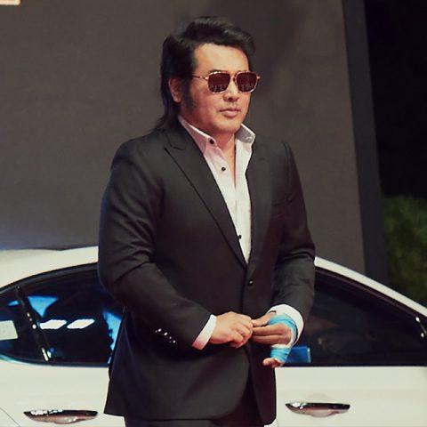 의리의 사나이 김보성은 이브닝 턱시도마저 으리으리하게 소화했다. 보타이 없이 셔츠를 가슴 깊이 풀어헤친 모습이 영낙 없는 김보성이다.