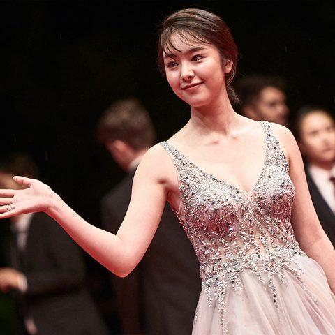 한국 관객들한텐 모 휴대폰 광고 모델로 친숙한 얼굴이지만 올해 칸 영화제 무대에도 섰던 신예 일본 배우다. 레드카펫의 정석인 아리따운 드레스 차림으로 부산을 찾았다.