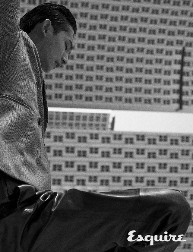 재킷 가격 미정 우영미. 가죽 바지 389만원 살바토레 페라가모.