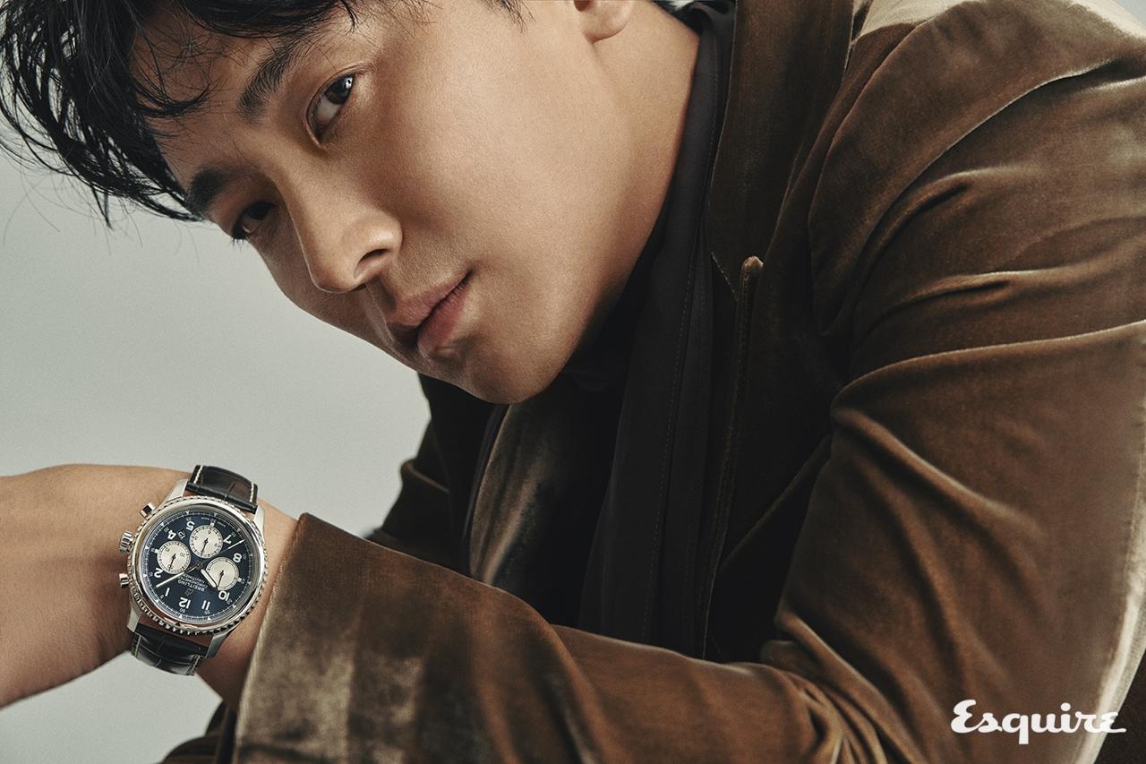 내비타이머 8 B01 크로노그래프 43 900만원대 브라이틀링. 재킷, 셔츠, 스카프 모두 김서룡.