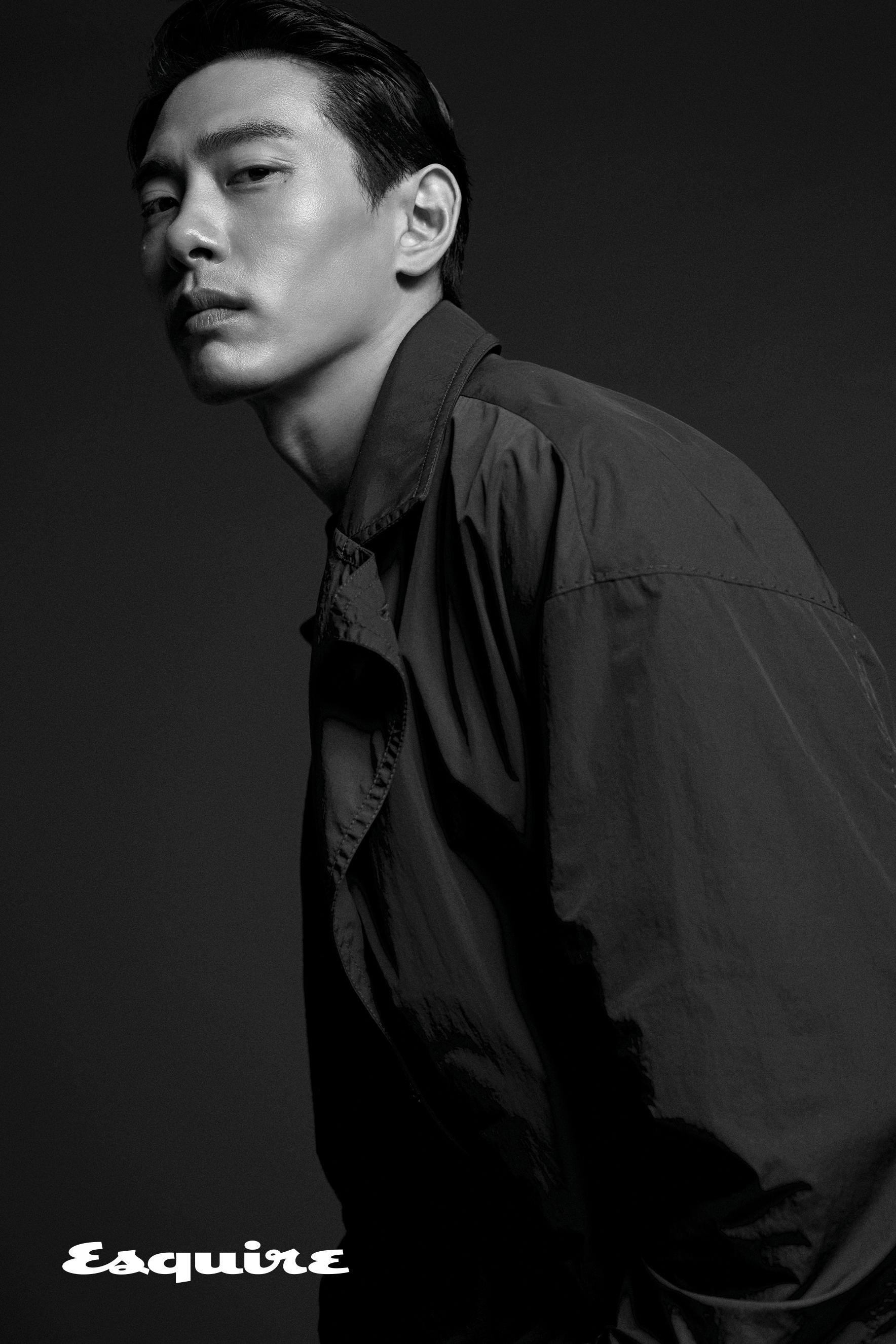 트렌치코트 송지오 옴므. 티셔츠 비이커.