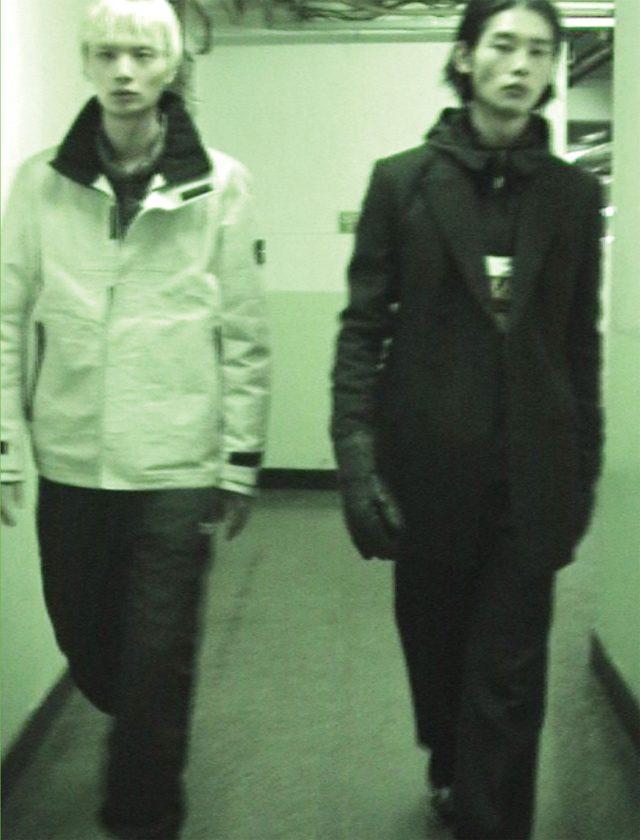 (왼쪽) 온도에 따라 색상이 변하는 재킷 579만9000원 스톤아일랜드. 검은색 트랙 팬츠 가격 미정 리복 클래식.(오른쪽) 핀스트라이프 재킷 179만원, 핀스트라이프 와이드 팬츠 89만8000원 모두 김서룡. 로고가 들어간 검은색 아노락 가격 미정 휠라 헤리티지. 카무플라주 패턴 집업 재킷 가격 미정 참스. 검은색 울트라다운 글러브 가격 미정 Z제냐. 검은색 DMX 시리즈 1200 운동화 가격 미정 리복 클래식.