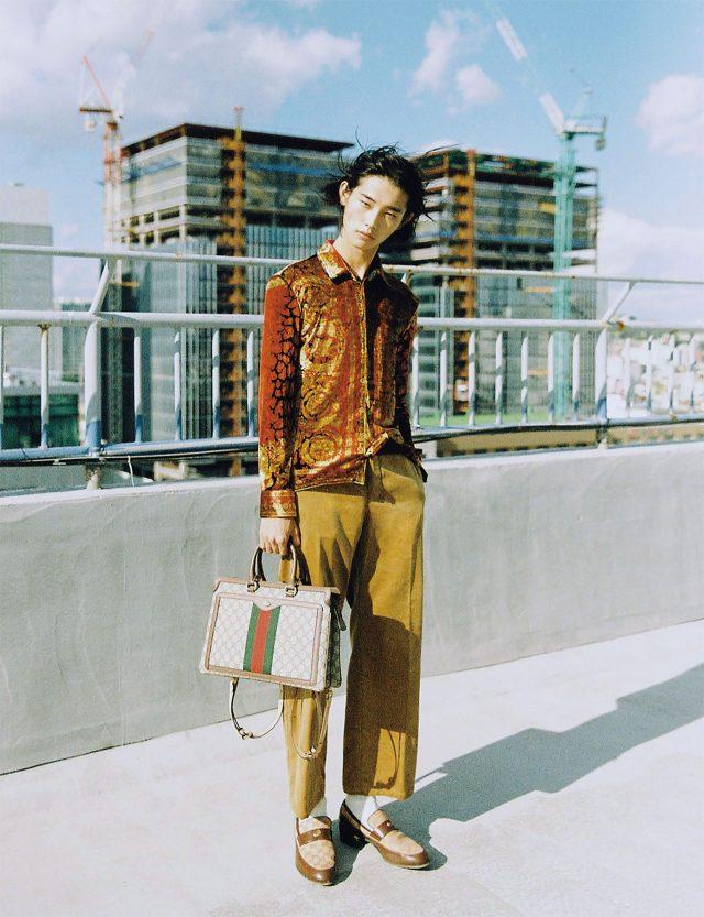 붉은색 레오파드 패턴 셔츠, 갈색 코듀로이 바지 모두 가격 미정 베르사체. 모카신 118만원, GG 슈프림 백팩 가격 미정 모두 구찌. 양말 에디터 소장품.