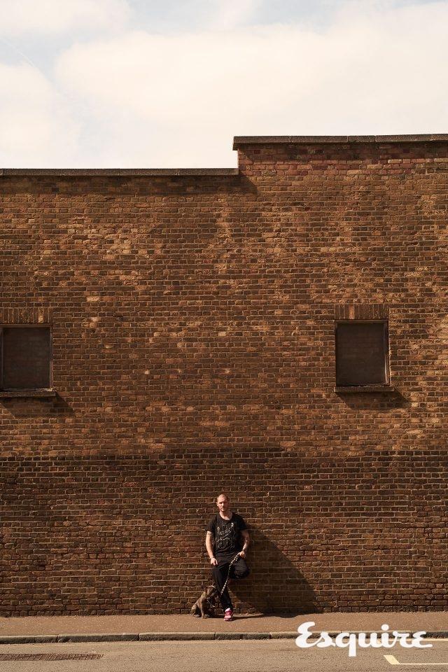 블랙, 화이트 코튼 티셔츠 185파운드 마크 자크 버튼.네이비 폴리 코튼 컴뱃 바지 180파운드 크라이 프리시전. 레드, 실버, 레더 트레이너 165파운드 뉴발란스.