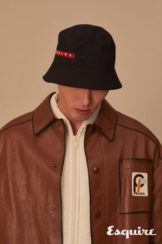 검은색 버킷 해트, 갈색 가죽 코트, 흰색 패딩 재킷 모두 가격 미정 프라다.