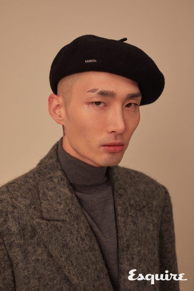 검은색 베레모 8만2000원 캉골. 회색 재킷 198만원, 터틀넥 35만5000원 모두 김서룡.