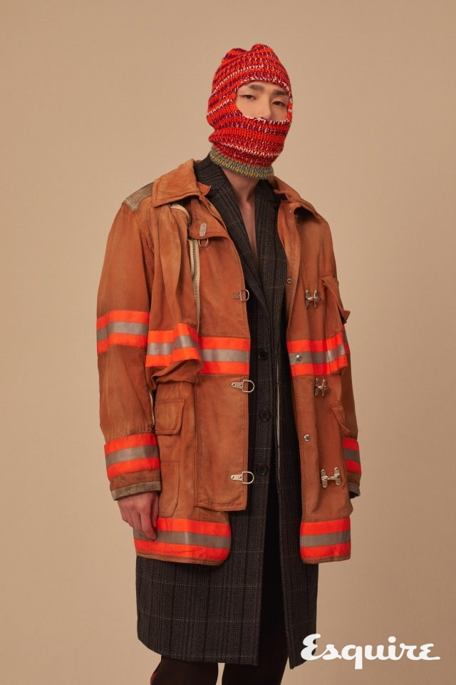 붉은색 밸러클라버, 주황색 재킷, 체크무늬 코트, 보라색 바지 모두 가격 미정 캘빈클라인 205W39NYC