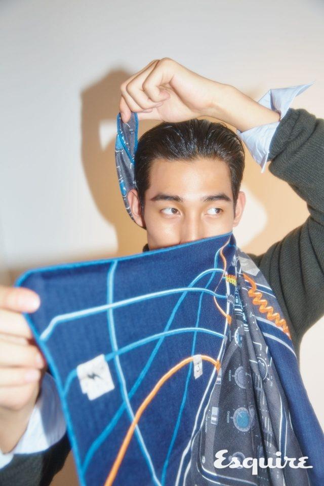 스웨터, 셔츠, 스카프 모두 가격 미정 에르메스.